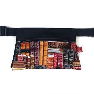 riñonera de tela estampada libros